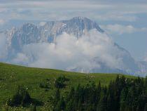 Výhled na skalnaté vrcholy v Itálii