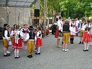 Děti tanči Českou besedu